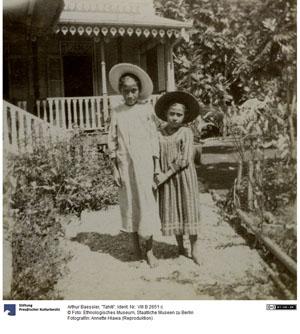 Deux jeunes filles en robe du dimanche (1905)