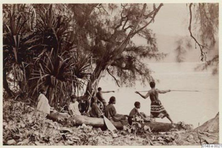 Enfants sur pirogue et pêche au harpon – Charles Georges Spitz – Collection Arthur Ekström (1886-1887)