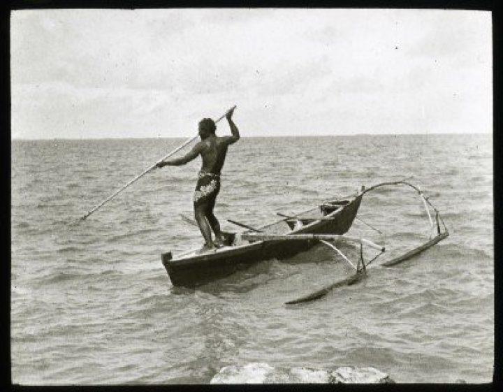 Pêcheur au harpon sur une pirogue – Mangareva (1921-1923)