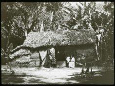 Deux femmes et deux enfants devant un fare (1921-1923)