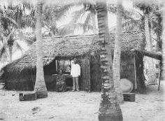 Homme et femme devant leur maison à Hikueru – Photo N°A2482 – Charles Askins Townsend (1900)