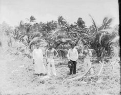 Trois hommes et une femme de l'atoll d'Hereheretue – Photo N° A2704 – Harry Clifford Fassett (1899-1900)