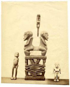 Quatre idoles tahitiennes anthropomorphes en bois (1934)