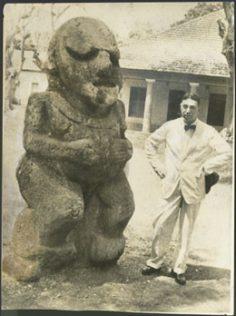 Peter Henry Buck à Tahiti avec un tiki de Ra'ivavae (1930)