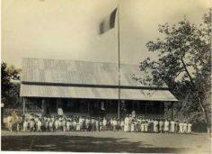 Professeurs et élèves devant leur école à Papeete