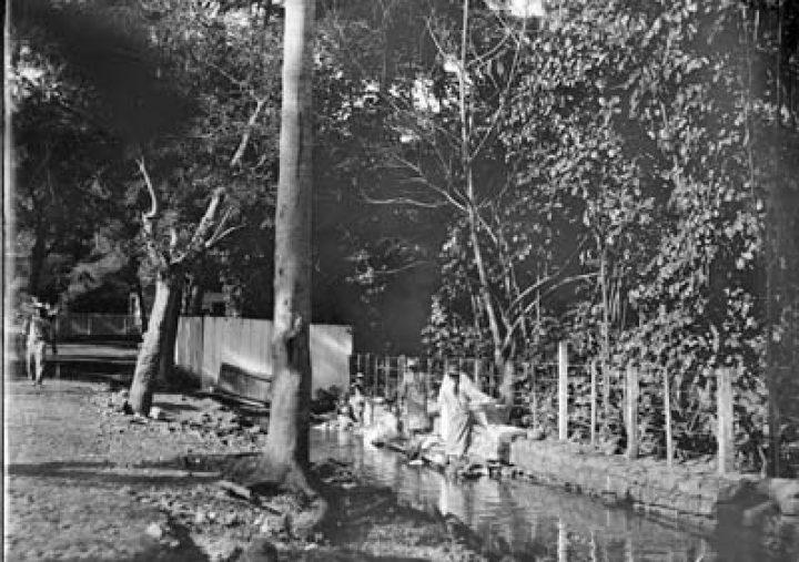 Femmes faisant la lessive dans un ruisseau à Papeete (1907)