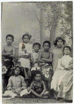 Enfants tahitiens en vêtements européens (1895)