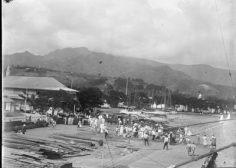 Foule sur le port de Papeete – Départ du Mariposa le 19 juillet 1907